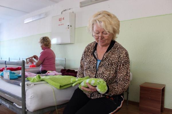 В курских колониях заключенные женщины связали вещи для детдомовцев