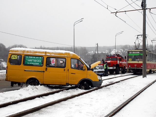 На Кировском мосту маршрутку занесло на трамвайные пути