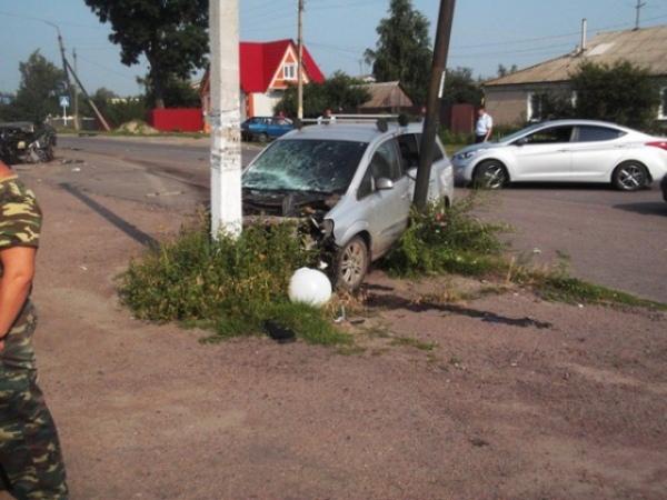 Водитель Опеля — по сведениям ДДД житель Курска после аварии пытался скрыться бросив свой автомобиль но был задержан местными жите