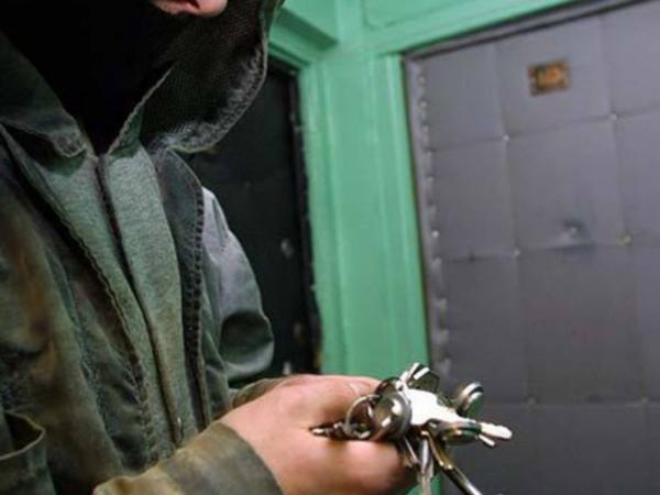 Курянина подозревают всерии квартирных краж