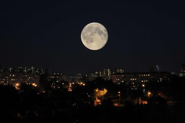 Вночь напонедельник мурманчане смогут увидеть огромное суперлуние