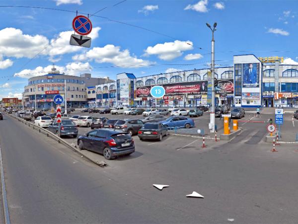 ВКурске уЦентрального рынка приставы арестовали 5 припаркованных авто