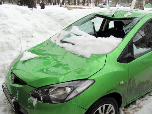 В Курске упавшие с крыш льдины повредили три машины