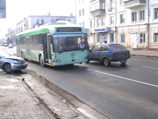 В центре Курска столкнулись «Мицубиси» и троллейбус