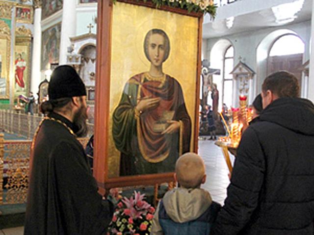 В Знаменский собор Курска привезли икону целителя Пантелеимона