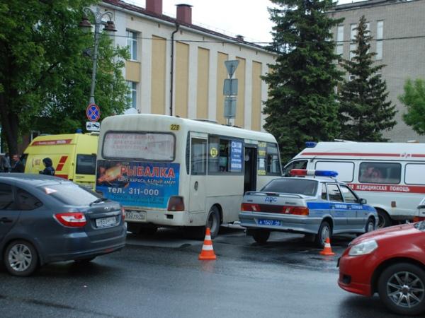 Отважные пешеходы остановили маршрутку без водителя, чтобы спасти людей— Видео изКурска