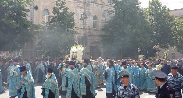 Cотрудники экстренных служб иправоохранители обеспечивают безопасность ежегодного крестного хода вКурске