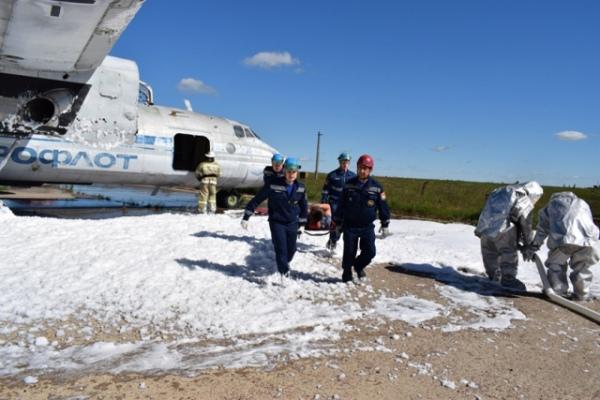 Учения вкурском аэропорту: сломанный самолет зажегся