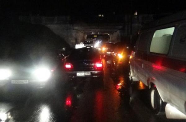 В Курске под железнодорожным мостом столкнулись два автомобиля
