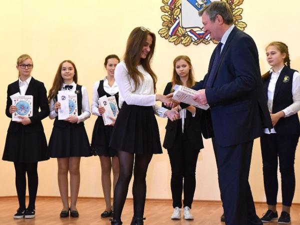 В Курске победители школьных олимпиад получили стипендии