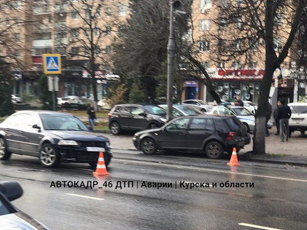 Вцентре Курска случилось серьезное ДТП сучастием 2-х «Фольксвагенов»