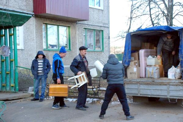 Курским семьям, жившим в разваливающемся доме, помогли с переездом в новые квартиры