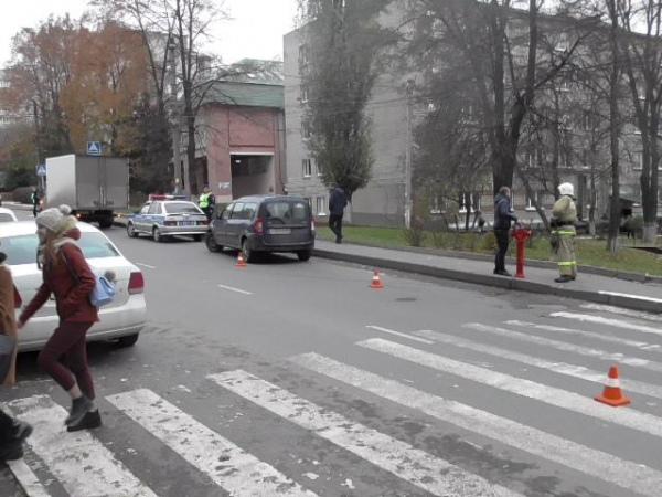 В центре Курска водитель на «Ларгусе» сбил девушку
