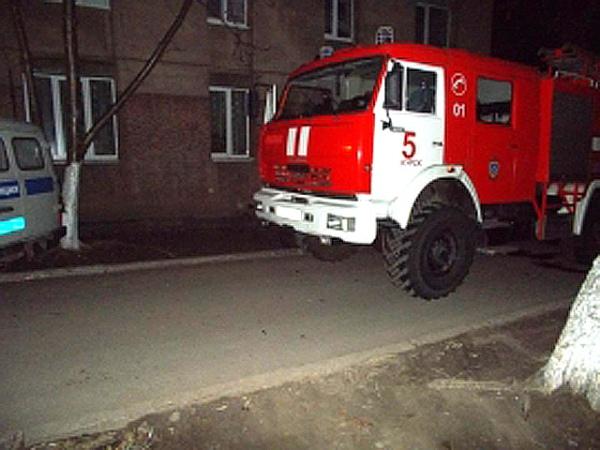 Спасатели сообщили о двух пострадавших. 49-летняя женщина получила ожоги и отравление угарным газом, она находится в больнице. Был также госпитализирован 6-летний ребенок, который впоследствии скончался