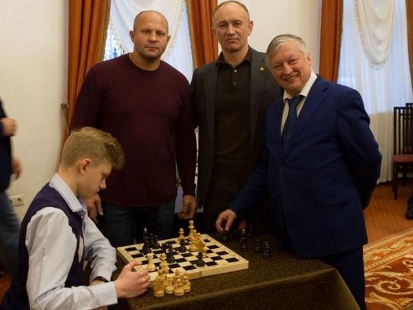 Семиклассник из Курчатова сыграл в шахматы с чемпионом мира Анатолием Карповым