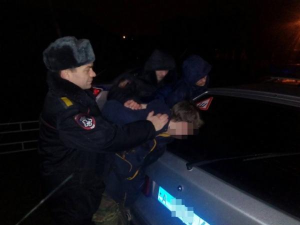 ВКурске двое парней идевушка задержаны после ночной кражи измагазина