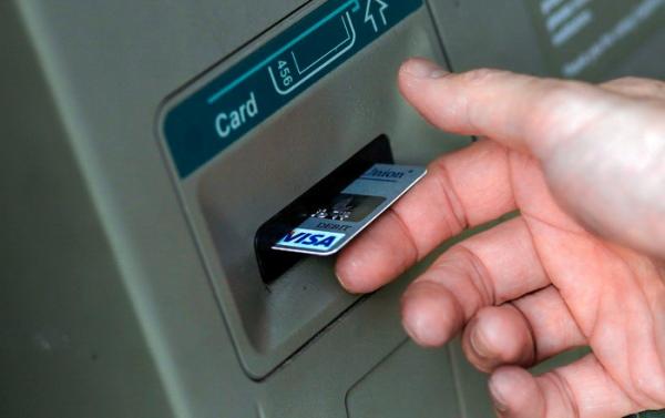 Курянин попался накамеру банкомата, когда крал деньги скарты