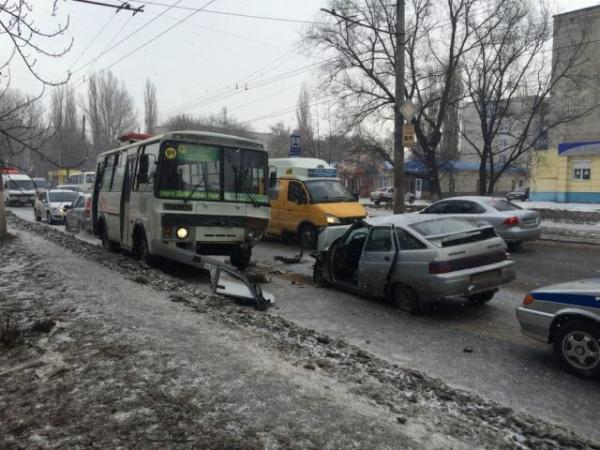 ВКурске ВАЗ столкнулся савтобусом