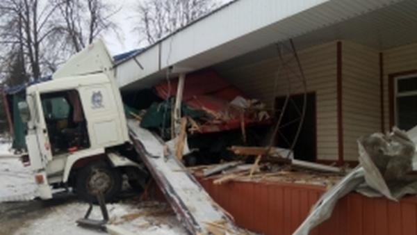 Ехавший в Курск грузовик врезался в придорожное кафе