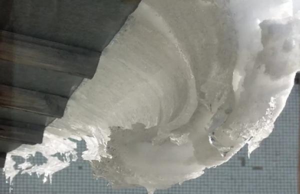 В Железнодорожном округе на курянку упала глыба льда