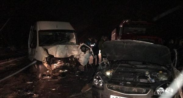 В Золотухинском районе в столкновении микроавтобуса и легковушки погибли четыре человека