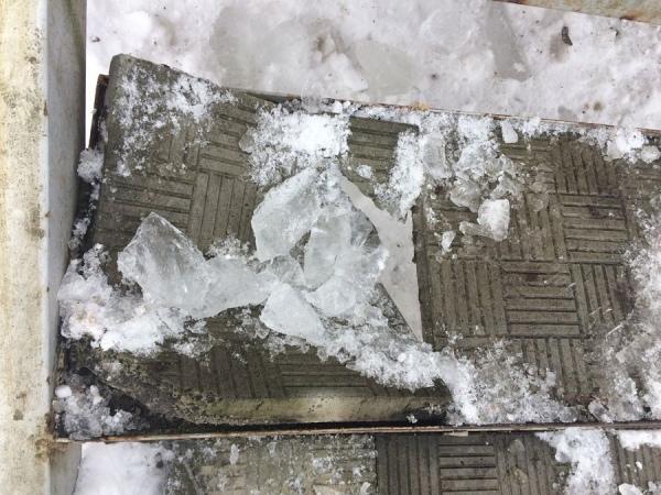 На проспекте Дружбы ледяная глыба упала на двухлетнего ребенка