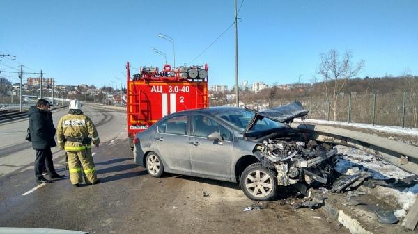 20-летняя курянка на «Пежо» протаранила ограждение на Кировском мосту
