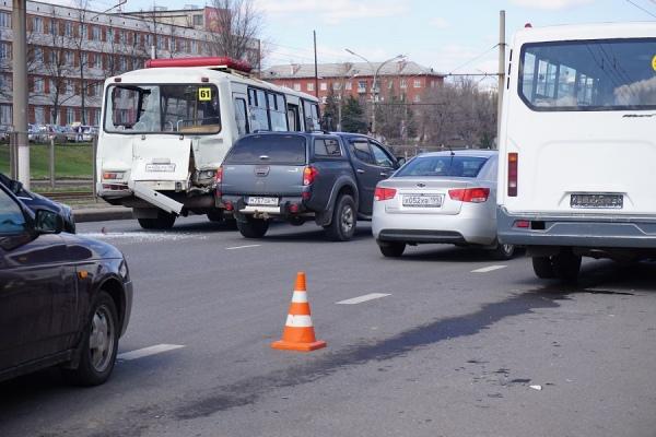В Курске ПАЗ дважды попал в ДТП