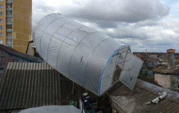 Ураганный ветер в Курске унес теплицу