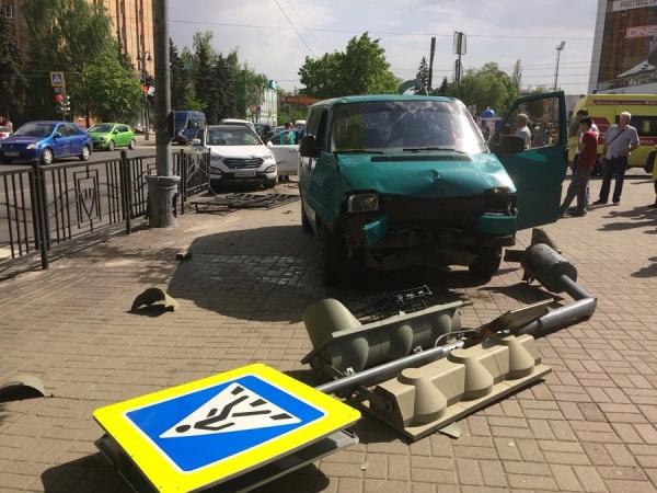 В центре Курска микроавтобус снес светофор