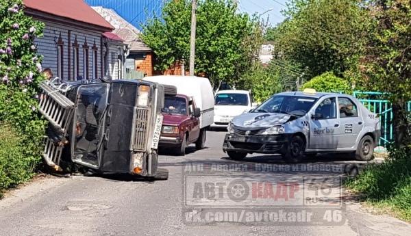 На Верхней Казацкой после столкновения с такси перевернулся ВАЗ