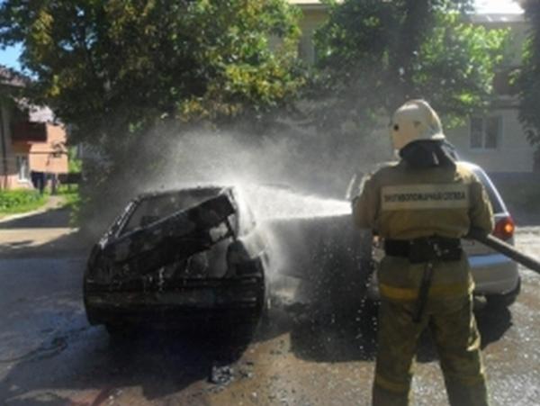 В микрорайоне КЗТЗ огонь повредил два автомобиля