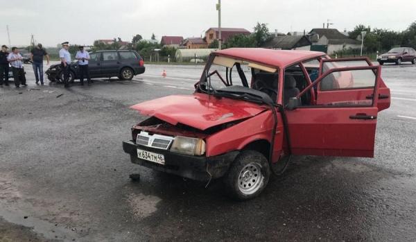 """Под Курском в столкновении ВАЗа и """"Фольксвагена"""" пострадали женщина и ребенок"""