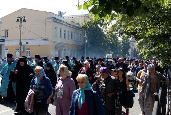 Крестный ход покинул Курск, дороги открыли
