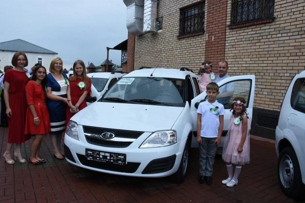 К Дню Петра и Февронии пяти курским семьям подарили автомобили