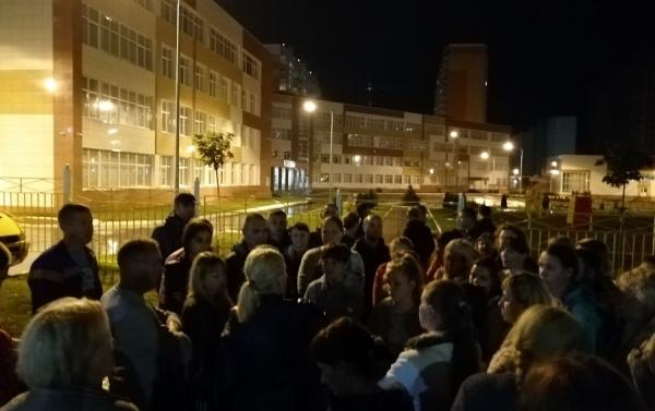 Куряне занимают очередь в школу на Дериглазова с ночи