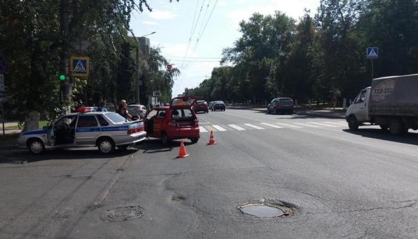 В центре Курска иномарку после ДТП отбросило на пешехода