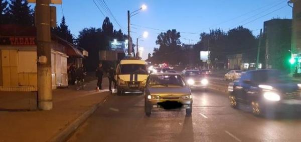 На Сумской неопытный водитель сбил на остановке пешехода