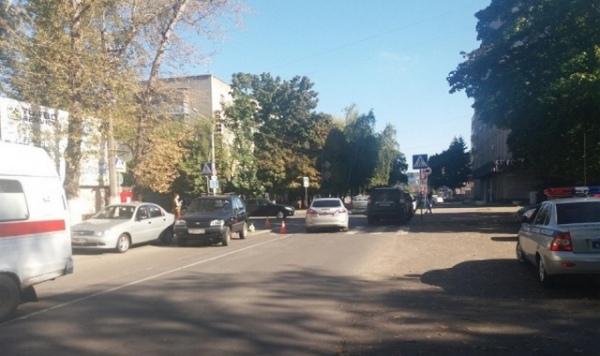 На улице Ломакина под колёса машины попала 20-летняя девушка