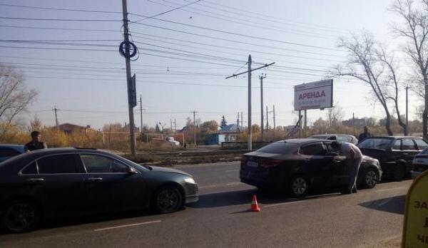В столкновении трех автомобилей пострадала 28-летняя пассажирка