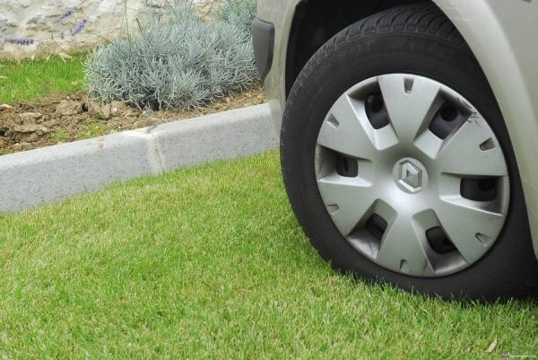 14 курян оштрафовали за машины на газонах