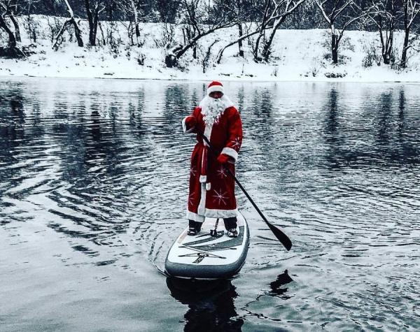 Дед Мороз на доске для сёрфинга переплыл реку Сейм
