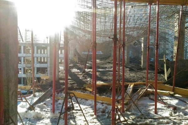 В строящейся на проспекте Клыкова школе обрушились перекрытия
