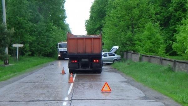 Под Курском автомобилист на «Шкоде» решил обогнать КАМАЗ и врезался в бетонный забор