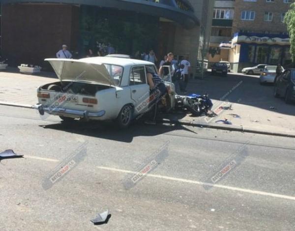 В центре Курска юный мотоциклист не поделил дорогу с «Жигулями»