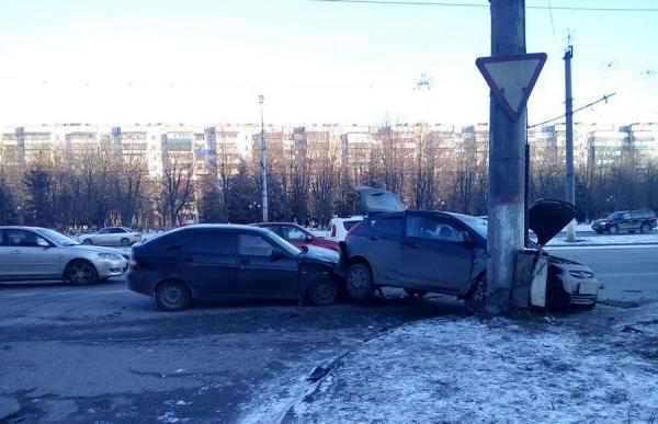 В Курске молодая автомобилистка врезалась в столб