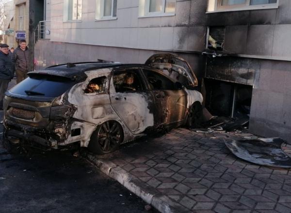 В Курске полиция ищет поджигателя автомобиля, который врезался в стену здания