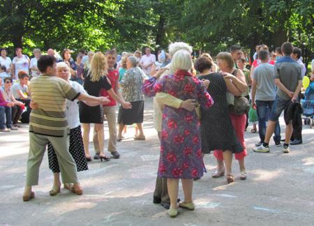 Курян приглашают потанцевать в парке