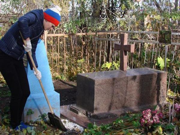В Курске студенты навели порядок на Никитском кладбище