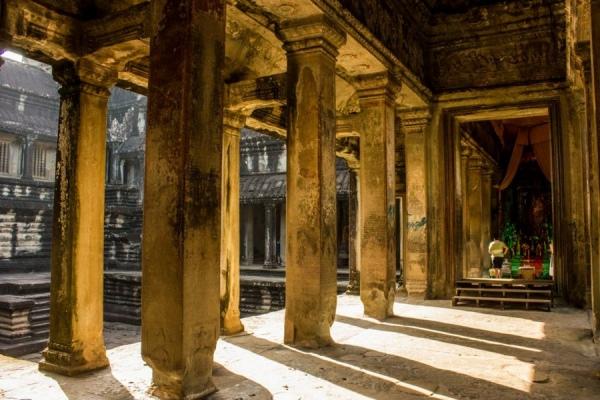 Царские колоннады в храме Ангкор